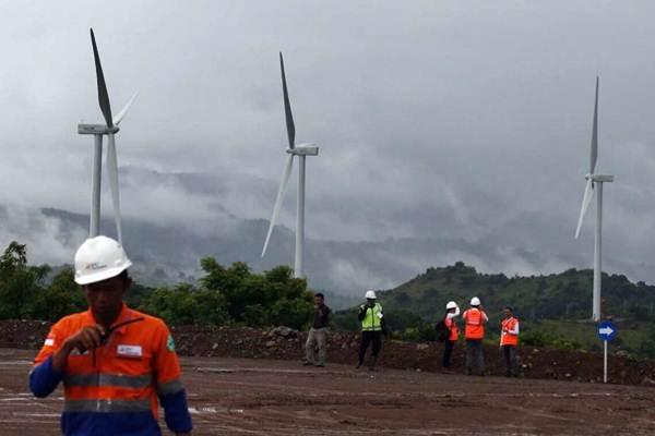 Pengunjung beraktivitas di dekat turbin Pembangkit Listrik Tenaga Bayu (PLTB) Sidrap, di Kecamatan Watang Pulu Kabupaten Sindereng Rappang, Sulawesi Selatan, Senin (15/1). - JIBI/Abdullah Azzam