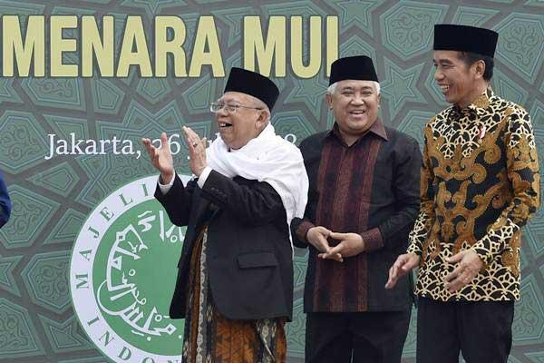 Presiden Joko Widodo (kanan) bersama Ketua Umum Majelis Ulama Indonesia (MUI) Maruf Amin (kiri) dan Ketua Dewan Pertimbangan MUI Din Syamsuddin saat acara peletakkan batu pertama proyek pembangunan Menara MUI di Bambu Apus, Jakarta, Kamis (26/7/2018). - ANTARA/Puspa Perwitasari
