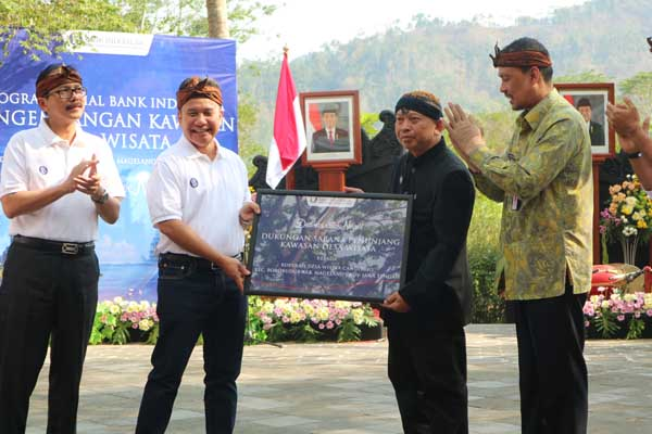 : Deputy Gubernur Senior Bank Indonesia Mirza Adityaswara saat menyerahkan bantuan kepada Kepala Koperasi Desa Wisata Candirejo Tatak Sariawan