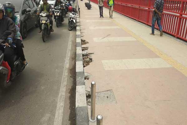 Petugas meninjau kerusakan pagar pedestrian Jembatan Ampera yang rusak akibat ditabrak pengendara yang melintasi - Bisnis/dinda wulandari