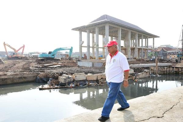 Menteri PUPR Basuki Hadimuljono meninjau pembangunan kolam retensi Sungai Bendung di Palembang. - Kementerian PUPR