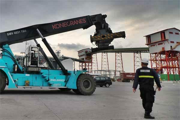 Petugas keamanan mengawasi alat pengangkat kontainer yang beroperasi di Terminal Teluk Lamong, Surabaya, Jawa Timur, Jumat (12/5). - Antara/Didik Suhartono