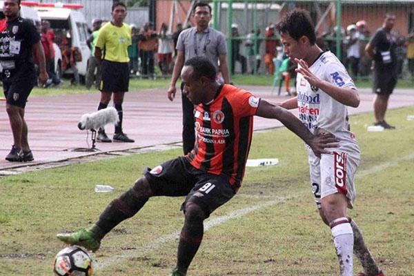 Pemain Perseru Serui Anis Nabar (kiri) ketika timnya menjamu Bali United pada 10 Agustus lalu. - Liga-Indonesia.id