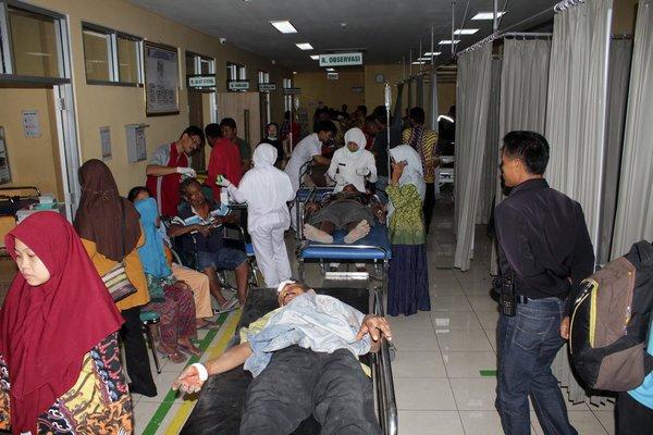 Puluhan paramedis mengobservasi puluhan orang korban truk terguling di IGD RSUD dr. Soehadi Prijonegoro Sragen, Rabu (29/8) malam. - JIBI/Tri Rahayu