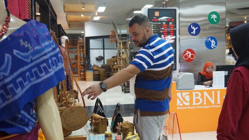 Pengunjung mancanegara melihat-lihat kerajinan tangan di Smesco, Jakarta, Kamis (30/8). - Dok. Kementerian Koperasi dan UKM