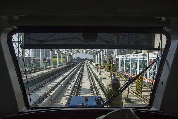 Pekerja mempersiapkan gerbong Light Rail Transit (LRT) rute Kelapa Gading-Velodrome saat akan diuji coba di Kelapa Gading, Jakarta, Kamis (14/6/2018). - ANTARA/Galih Pradipta
