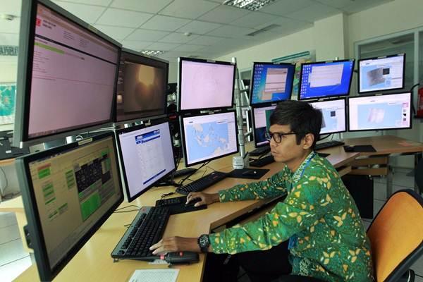 Petugas memantau monitor informasi sebaran prediksi daerah penangkapan ikan pada acara peluncuran aplikasi untuk nelayan Laut Nusantara, di ruang kendali Bali Radar Station Jembrana, Bali, Kamis (30/8/2018). - JIBI/Dwi Prasetya