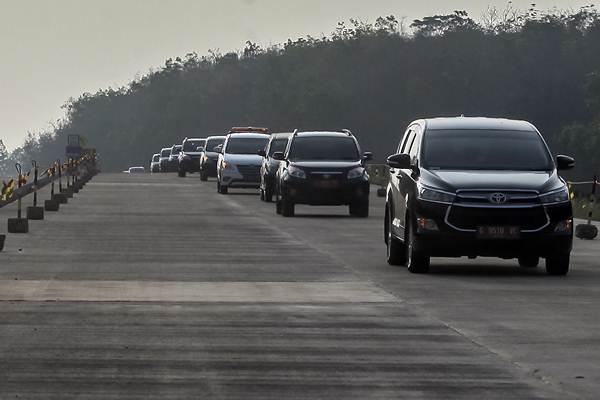Kendaraan melintas di jalur fungsional jalan tol Semarang-Batang di Jawa Tengah, Kamis (7/6/2018). - ANTARA/Muhammad Adimaja