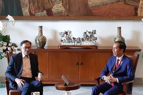 Presiden Joko Widodo (kanan) menerima Ketua Partai Keadilan Rakyat Malaysia Anwar Ibrahim di Ruang Kerja Presiden, Istana Bogor, Kamis (30/8/2018). - JIBI/Amanda Kusumawardhani