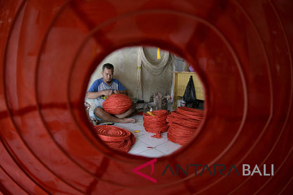 Ilustrasi: Perajin kerajinan lampion di kawasan Kerobokan, Badung, Bali, kebanjiran pesanan lampion bernuansa Imlek menjelang perayaan Hari Raya Imlek 2018. - Antara