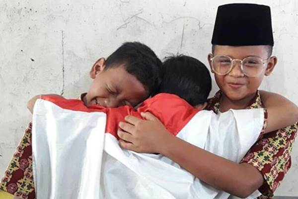 Anak-anak siswa SD 118 Pekanbaru menirukan adegan Berpelukan Jokowi, pesilat Hanifan, dan Ketua Umum PB IPSI Prabowo Subianto. - twitter