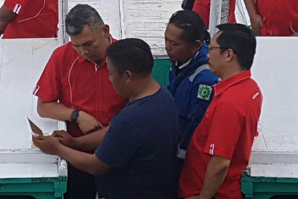 Vice President Sales Area Jawa Bali Telkomsel Ericson Sibagariang (kiri) melihat pengoperasian VMS (Vessel Monitoring Solution) di Pantai Sendang Biru, Malang, Senin (27/8/2018). -  Bisnis/Choirul Anam