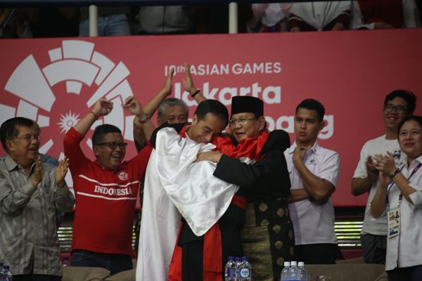 Presiden Joko Widodo dan Prabowo Subianto memeluk atlet pencak silat Indonesia Hanifan Yudani Kusumah yang memperoleh emas ke-13 untuk cabang olahraga pencak silat. - Dok.PMK