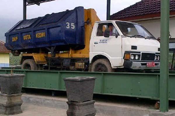 Truk di kendaraan jembatan timbang di Kediri, Jawa Timur. - Antara/Asmaul Chusna