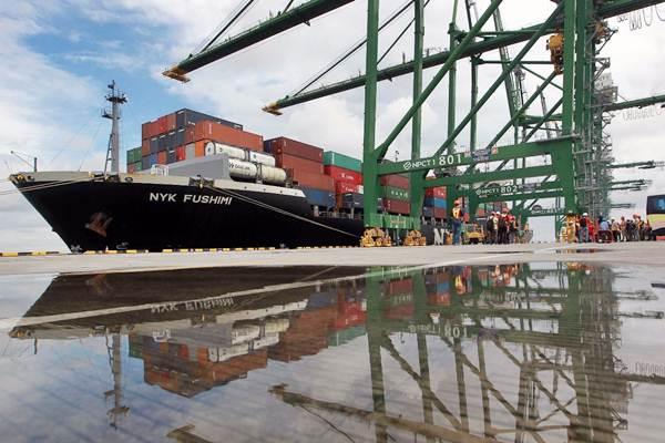 Petugas memantau pemindahan kontainer ke atas kapal di New Priok Container Terminal One (NPCT 1), Jakarta, Senin (12/3/2018). - JIBI/Dwi Prasetya
