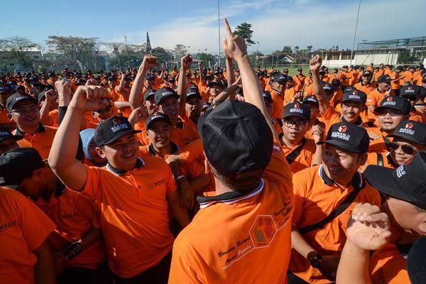 Petugas pengawas pemilihan umum (Pemilu) meneriakan yel-yel saat mengikuti apel siaga di Sport Center Arcamanik, Bandung, Jawa Barat, Sabtu (23/6). - Antara