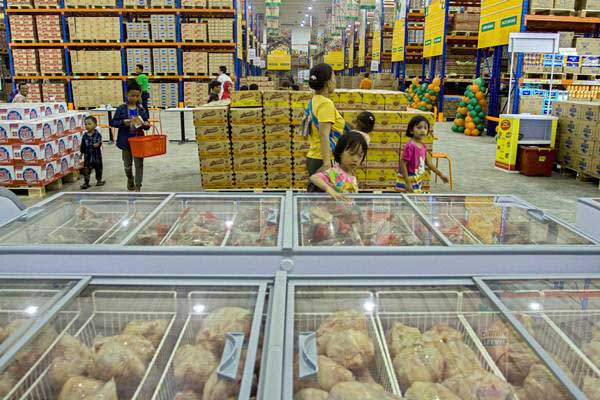 Warga mengunjungi pasar perkulakan atau pusat penjualan langsung komoditas pangan JakGrosir di Pasar Induk Kramatjati, Jakarta, Jumat (8/9). - ANTARA/Galih Pradipta