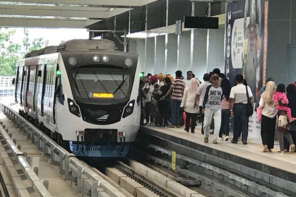 Warga naik Light Rail Transit (LRT) di Palembang, Sumatra Selatan, Rabu (1/8/2018). - JIBI/Arif Budisusilo