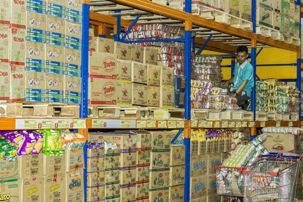 Pasar perkulakan atau pusat penjualan langsung komoditas pangan JakGrosir di Pasar Induk Kramatjati, Jakarta Timur. - Antara/Galih Pradipta