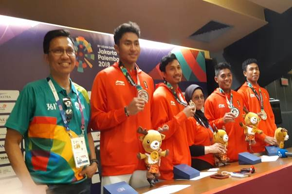 Sekjen PB PASI Tigor Tanjung (kiri) dan tim estafet 4 x 100 meter Indonesia termasuk Lalu Muhammad Zohri (kanan) - Bisnis / Nur Faizah Al Bahriyatul Maqiroh