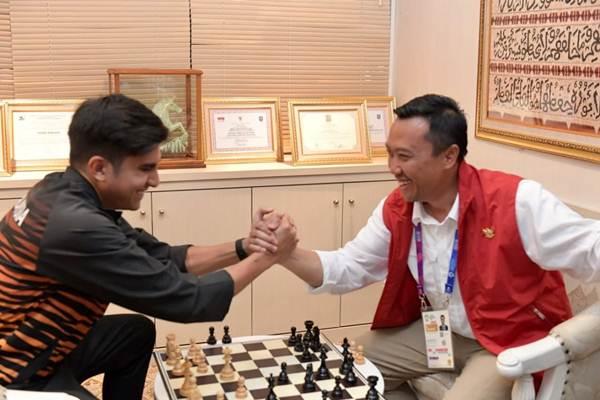 Menpora Imam Nahrawi dan Menpora Malaysia Saddiq saat bermain catur bersama - Dokumentasi Kemenpora