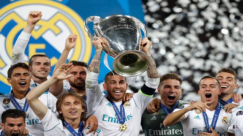 Pemain Real Madrid mengangkat piala Liga Champions usai menang 3-1 dari Liverpool di final di Kiev, Ukraina, Sabtu (26/5/2018) atau Minggu (27/5/2018) - Reuters