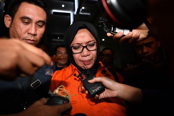 Tersangka yang juga Anggota DPR Komisi VII Eni Maulani Saragih (tengah) dengan rompi tahanan menuju mobil tahanan usai diperiksa di kantor KPK, Jakarta, Sabtu (14/7). - Antara