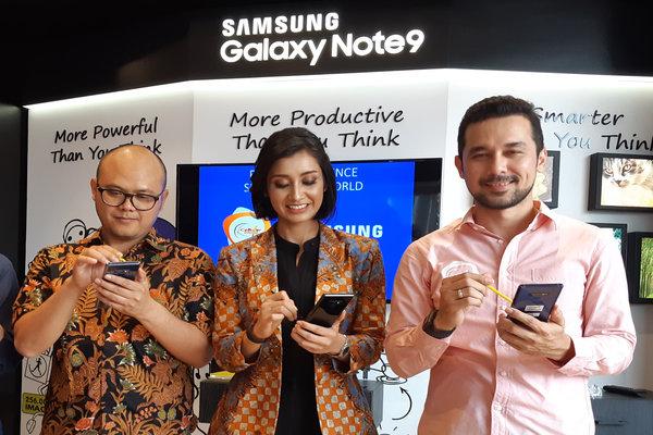 Group Head of Retail Experience Manager PT Samsung Electronics Indonesia Ferry (kiri ke kanan) bersama Direktur Cellular World Malika Jiwaji, dan Marketing Manager Cellular World IGN Gede Wirakusuma memeragakan penggunaan produk ponsel cerdas seusai pembukaan Samsung Experience Store di Denpasar, Kamis (30/8/2018). Samsung memiliki 209 gerai SES di seluruh Indonesia dan diklaim mampu membantu mitra lokal menaikkan pertumbuhan penjualan ponsel hingga 15%. - Bisnis/Ema Sukarelawanto