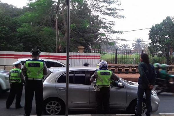 Polisi menindak pengendara yang melanggar ketentuan kawasan nomor kendaraan ganjil-genap, Rabu (1/9). - TMC Polda Metro Jaya