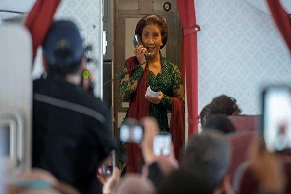 Menteri Kelautan dan Perikanan Susi Pudjiastuti memberi sambutan di kabin pesawat saat Hari Kartini. - Antara