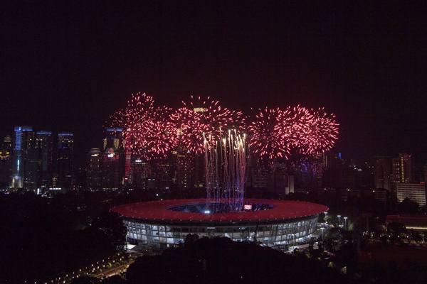 Kembang api diluncurkan pada Upacara Pembukaan Asian Games ke-18 Tahun 2018 di Stadion Utama GBK, Senayan, Jakarta, Sabtu (18/8). - Antara