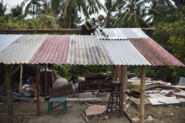 Warga korban gempa membangun rumahnya kembali pascagempa di Dusun Dasan Tengak, Desa Teniga, Kecamatan Tanjung, Lombok Utara, NTB, Selasa (21/8). Memasuki minggu ketiga pasca gempa di daerah tersebut warga mulai semangat untuk membangun rumah mereka sendiri. - Antara