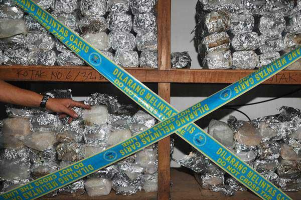 Ilustrasi: Petugas BNN menunjukkan barang bukti narkotika jenis sabu yang diamankan saat penggerebekan di sebuah rumah di Jalan Muara Karang Cantik, Pluit, Penjaringan, Jakarta Utara, Rabu (26/7) malam. - ANTARA/Sigid Kurniawan