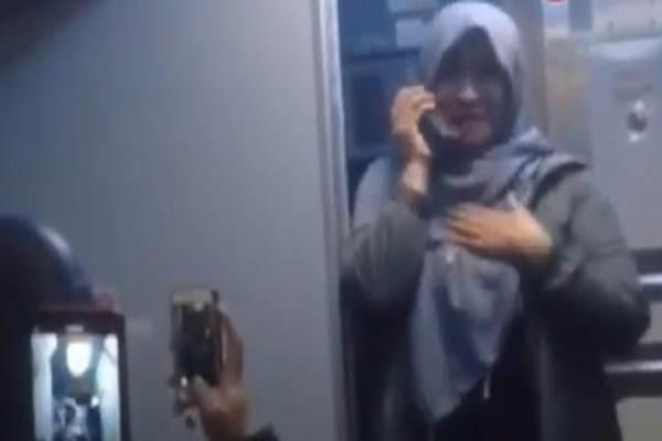 Neno Warisman saat menggunakan mikrofon di kabin pesawat - Istimewa