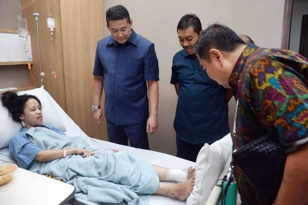 Direktur BPJS Ketenagakerjaan (BPJSTK) Khrisna Syarif (kiri) berbincang dengan korban runtuhnya selasar Bursa Efek Indonesia (BEI), di Rumah Sakit Siloam,  Jakarta, Selasa (16/1). - JIBI/Endang Muchtar