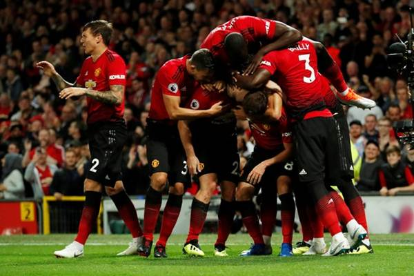 Pemain Manchester United merayakan gol Luke Shaw ke gawang Leicester City saat menang 2-1 pada awal Liga Inggris 2018-2019, di Old Trafford, Manchester, Jumat (10/8). - Reuters