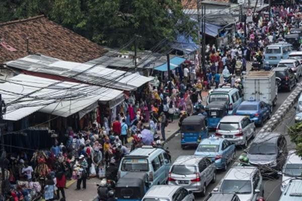 Sejumlah pedagang kaki lima (PKL) berjualan di trotoar Jalan Jati Baru, kawasan Tanah Abang, Jakarta, Selasa (2/5). - Antara