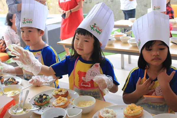 Fun Cooking Class ini adalah sebuah program yang menarik untuk anak-anak di mana mereka akan secara langsung melakukan aktivitas topping creation, mixing and filling, hingga cooking class. - Istimewa