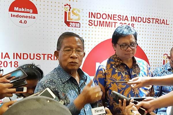 Menteri Koordinator Bidang Perekonomian Darmin Nasution (kiri), dan Menteri Perindustrian Airlangga Hartarto, seusai menghadiri pembukaan Industrial Summit 2018, di Jakarta, Rabu (4/4/2018). - JIBI/M. Richard