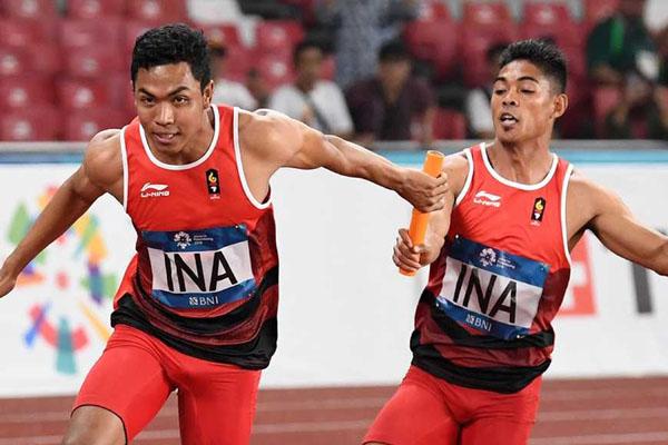 Dua pelari asal Lombok, Nusa Tenggara Barat, Muhammad Fadlin (kanan) dan Lalu Muhammad Zohri, ketika meraih perak nomor lari 4 x 100 meter putra di Asian Games 2018. - Antara/Andika Wahyu