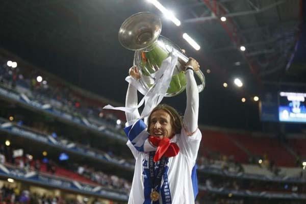 Luka Modric bersama trofi Liga Champions Eropa - Reuters/Michael Dalder