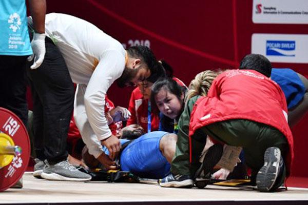 Tim medis Asian Games 2018 segera melakukan tindakan yang diperlukan ketika lifter India Sathish Kumar Sivalingam cedera saat tampil di nomor angkat besi putra 77 kg di Jakarta pada Kamis (23/8/2018). - Antara