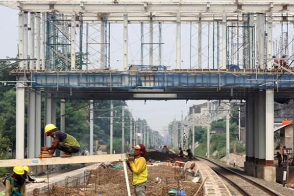 Dokumentasi pembangunan stasiun kereta commuter line di Bekasi, Jawa Barat, Kamis (14/4/2016). PT KAI membangun lima stasiun baru kereta commuter line di Bekasi yang merupakan bagian dari program double double track Manggarai-Cikarang yang terdiri atas Manggarai-Bekasi 18 km dan Bekasi-Cikarang 17 km. - Antara