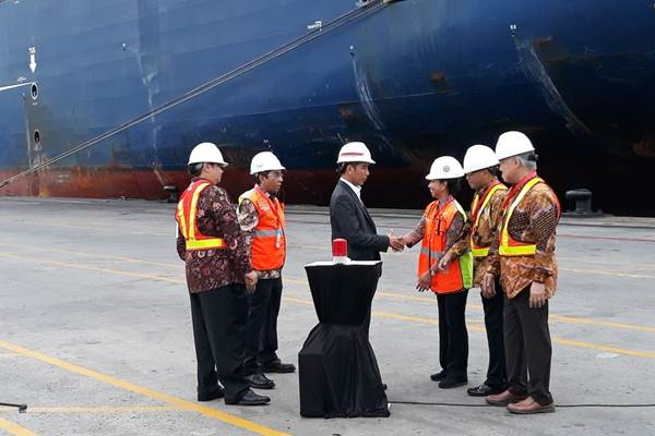 Presiden Joko Widodo (ketiga kiri) di sela-sela pelepasan ekspor komoditas Indonesia menggunakan kapal kontainer berukuran raksasa, di Terminal JICT, Tanjung Priok, Jakarta, Selasa (15/5/2018). - JIBI/David Eka Issetiabudi