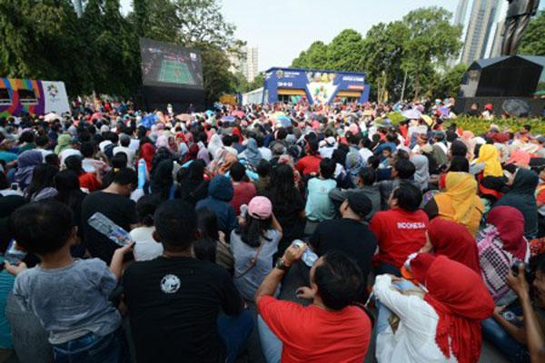 Nonton bareng di Zona Bhin Bhin area Festival kompleks Gelora Bung Karno (GBK) Senayan, Jakarta. - Antara