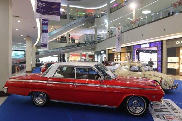 Berbagai jenis mobil antik dipamerkan di atrium Solo Paragon Lifestyle Mall, Rabu (29/8). Pameran tersebut digelar dalam rangka peringatan HUT RI yang ke-73. - JIBI/Sunaryo Haryo Bayu