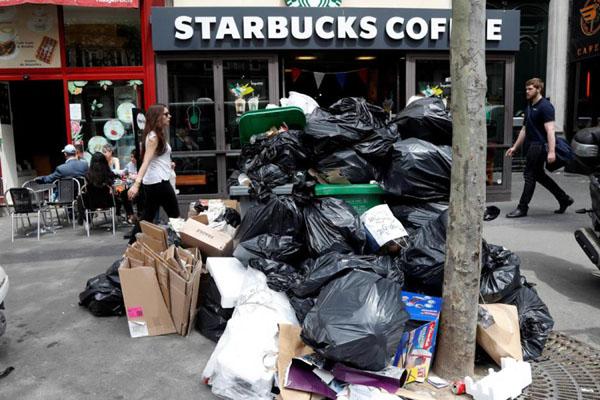 Sampah di tepi jalan di Kota Paris, Prancis, sebelum diangkut petugas. - Reuters/Charles Platiau