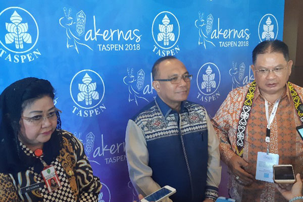 Direktur Utama PT Taspen Iqbal Latanro (kanan) berbicara dengan pers di sela-sela Rakernas BUMN tersebut di Balikpapan, Kalimantan Timur, pada Jumat (31/8/2018). Dia didampingi Bupati Berau Muharram (tengah) dan Sekda Provinsi Kaltim Meiliana. - Istimewa/PT Taspen