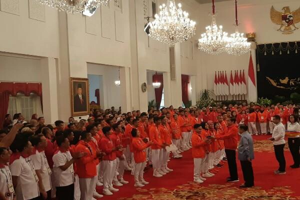 Presiden Joko Widodo menyerahkan buku tabungan yang merupakan bonus kepafa atlet Indonesia yang meraih medali dalam Asian Games 2018 di Istana Negara, Jakarta, Minggu (2/9/2018) - Yodie Hardiyan