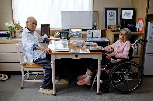 Masao Matsumoto dan Miyako Matsumoto sedang melihat Album di Panti Jompo, Takamatsu. - Reuters